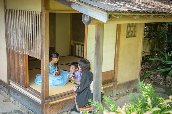 葦葺の茶屋のある和庭
